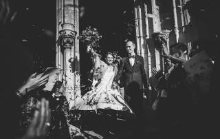 Mariage Manoir des Prévanches. David Pommier photographe de mariage. Belle photo de la sortie de l'église du couple