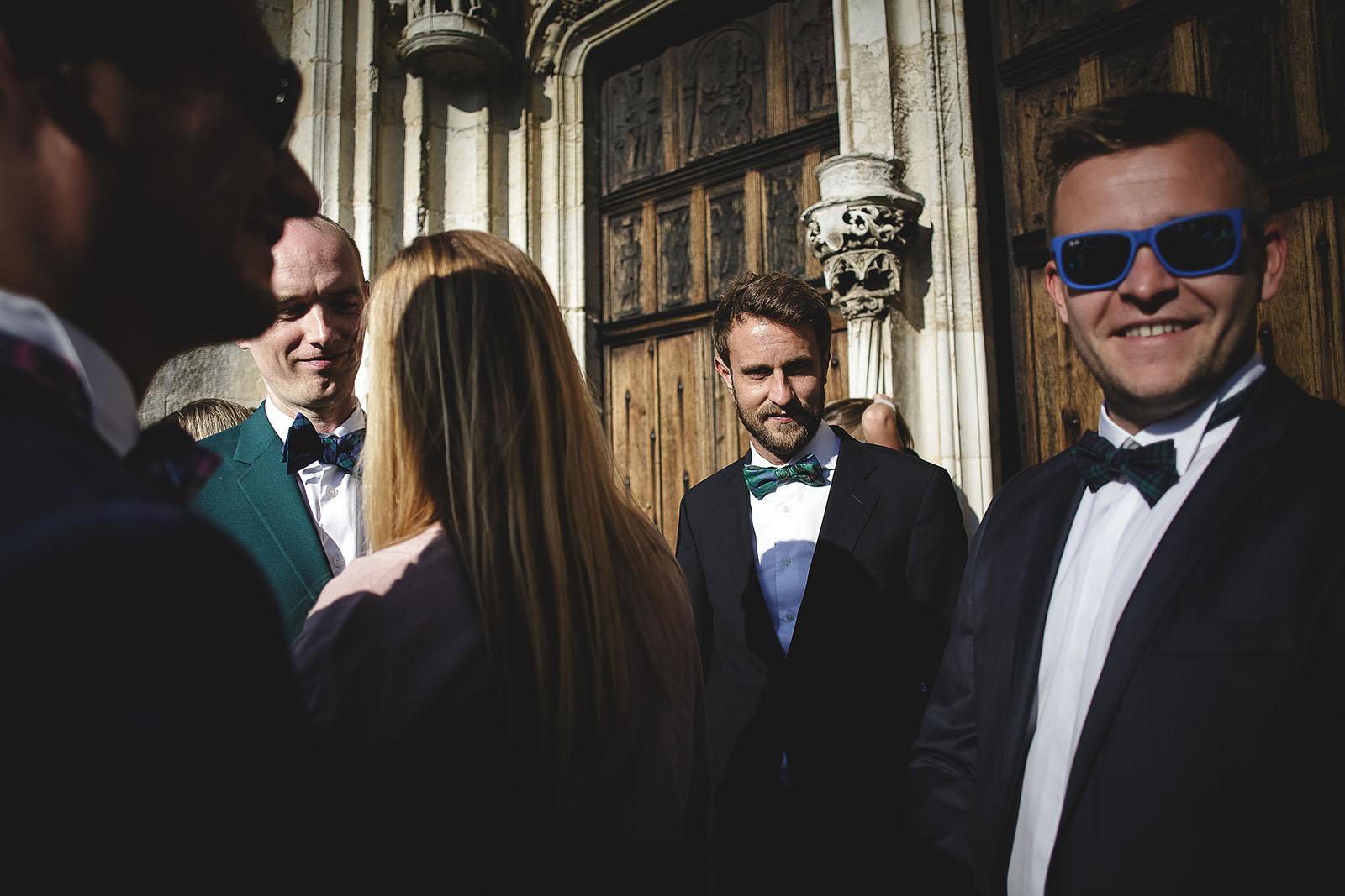 Mariage Manoir des Prévanches. David Pommier photographe de mariage. Les témoins et le marié devant l'église