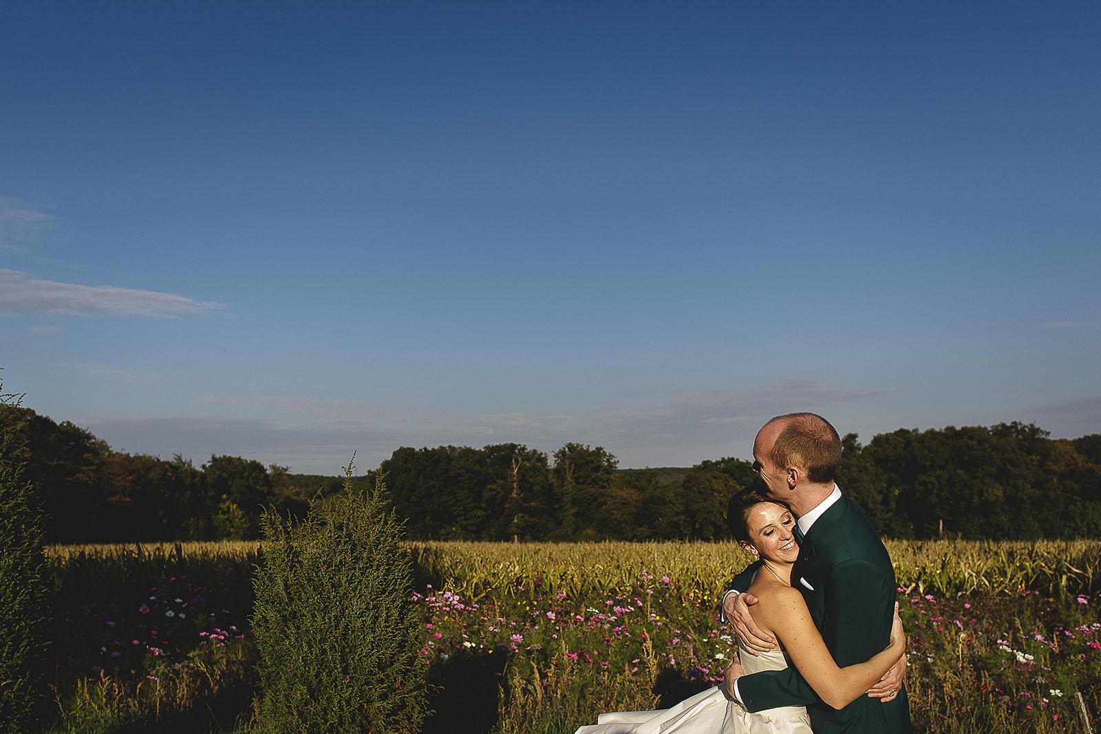 Mariage Manoir des Prévanches. David Pommier photographe de mariage. Belle photo de couple champêtre