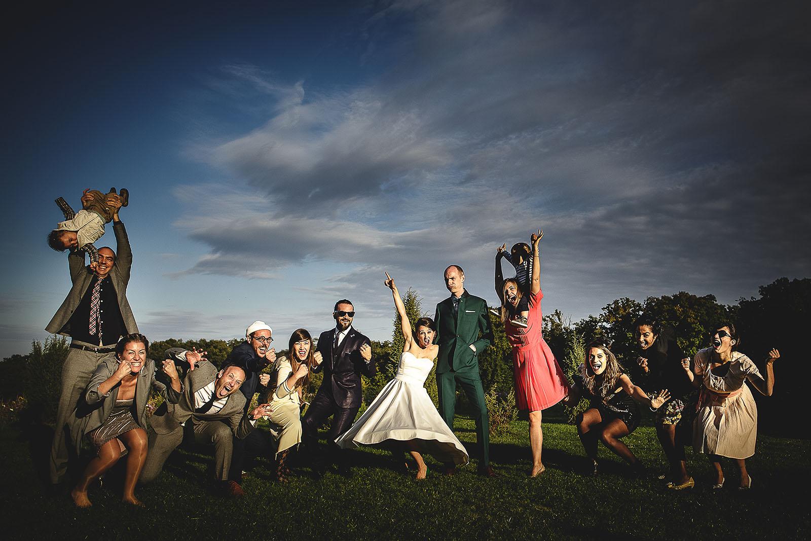 Mariage Manoir des Prévanches. David Pommier photographe de mariage. Photo de groupe originale et fun