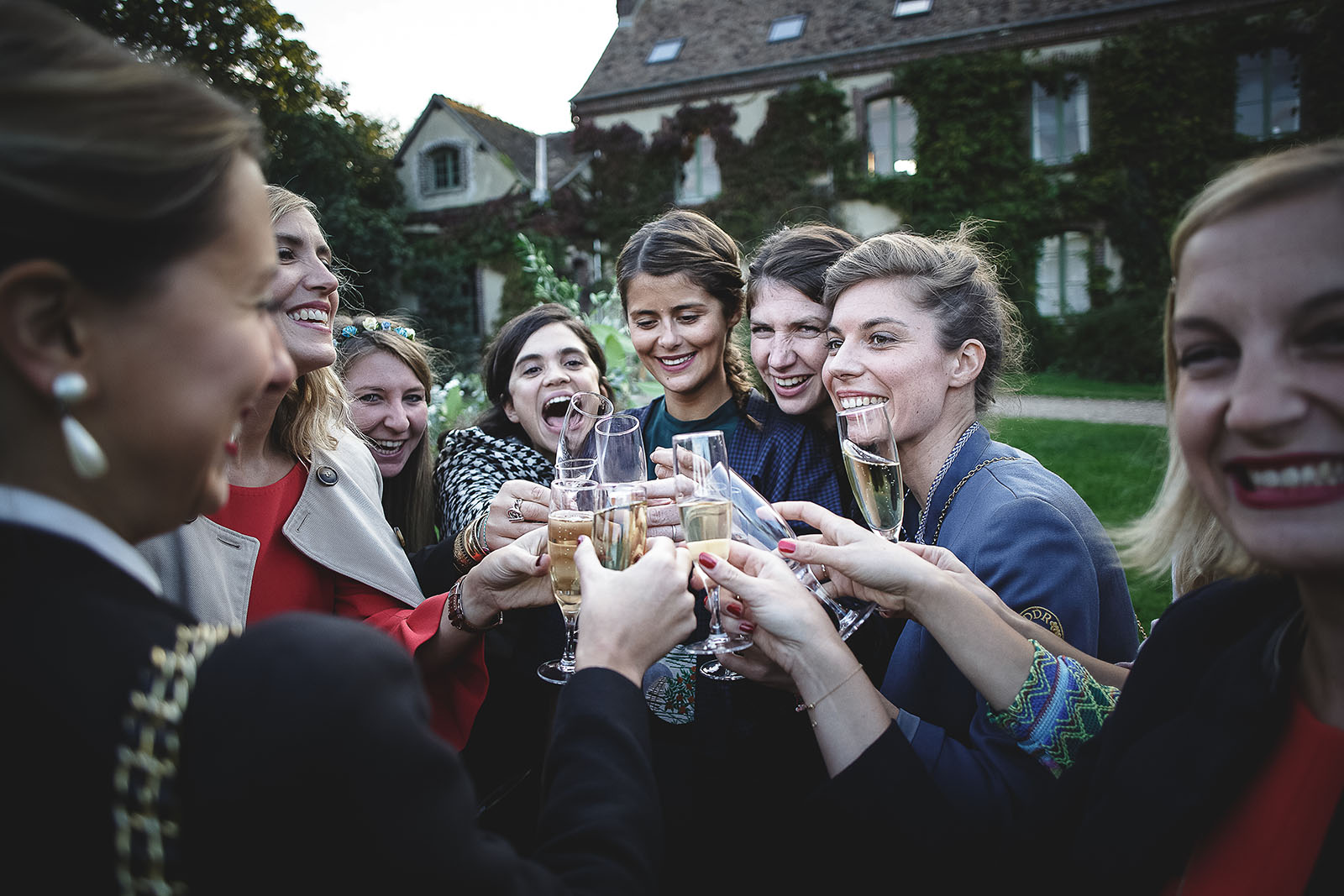 Mariage Manoir des Prévanches. David Pommier photographe de mariage. Les femmes trinquent au champagne au vin d'honneur