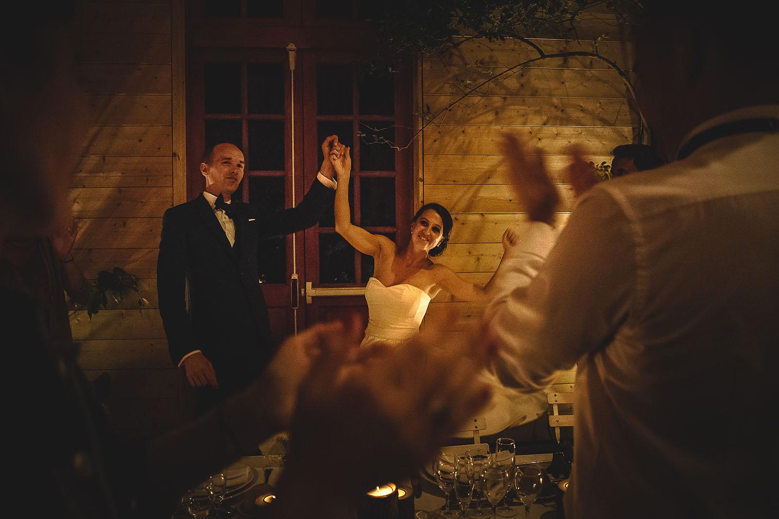 Mariage Manoir des Prévanches. David Pommier photographe de mariage. Arrivée des mariés à leur place