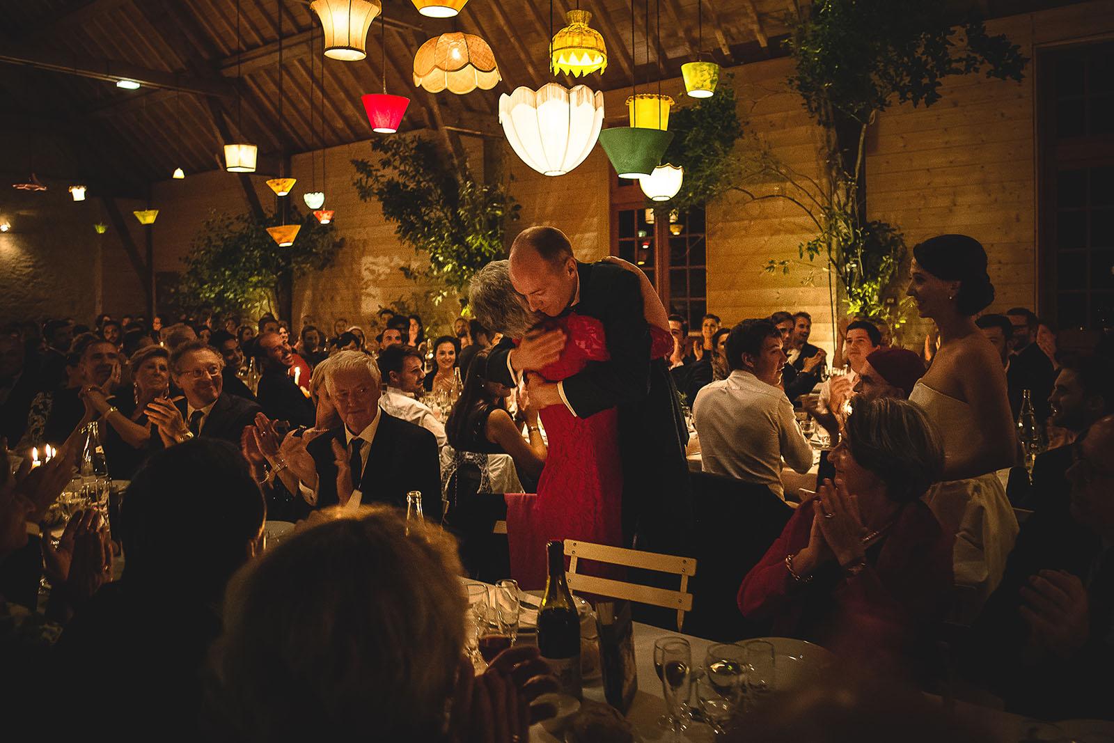 Mariage Manoir des Prévanches. David Pommier photographe de mariage. Le marié embrasse sa maman après le discours à la soirée