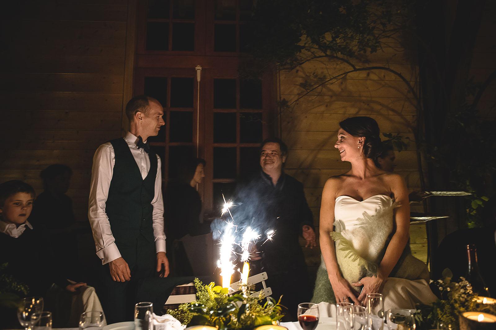 Mariage Manoir des Prévanches. David Pommier photographe de mariage. Les mariés devant le gâteau