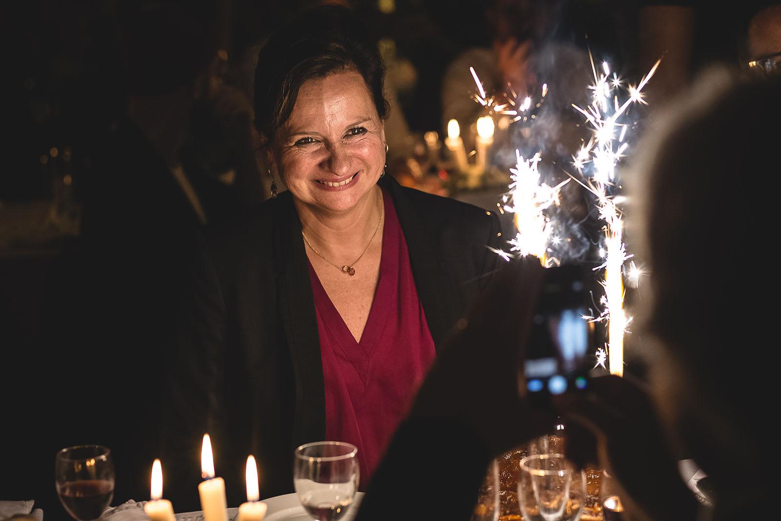 Mariage Manoir des Prévanches. David Pommier photographe de mariage. Emotion de la maman devant le gâteau