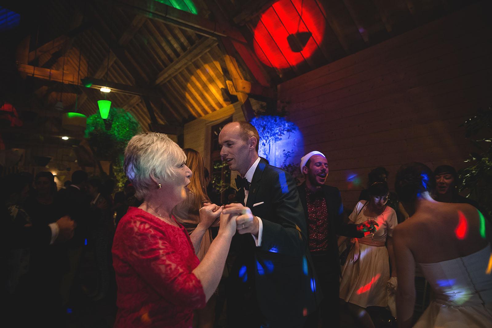 Mariage Manoir des Prévanches. David Pommier photographe de mariage. Le marié danse avec sa mère
