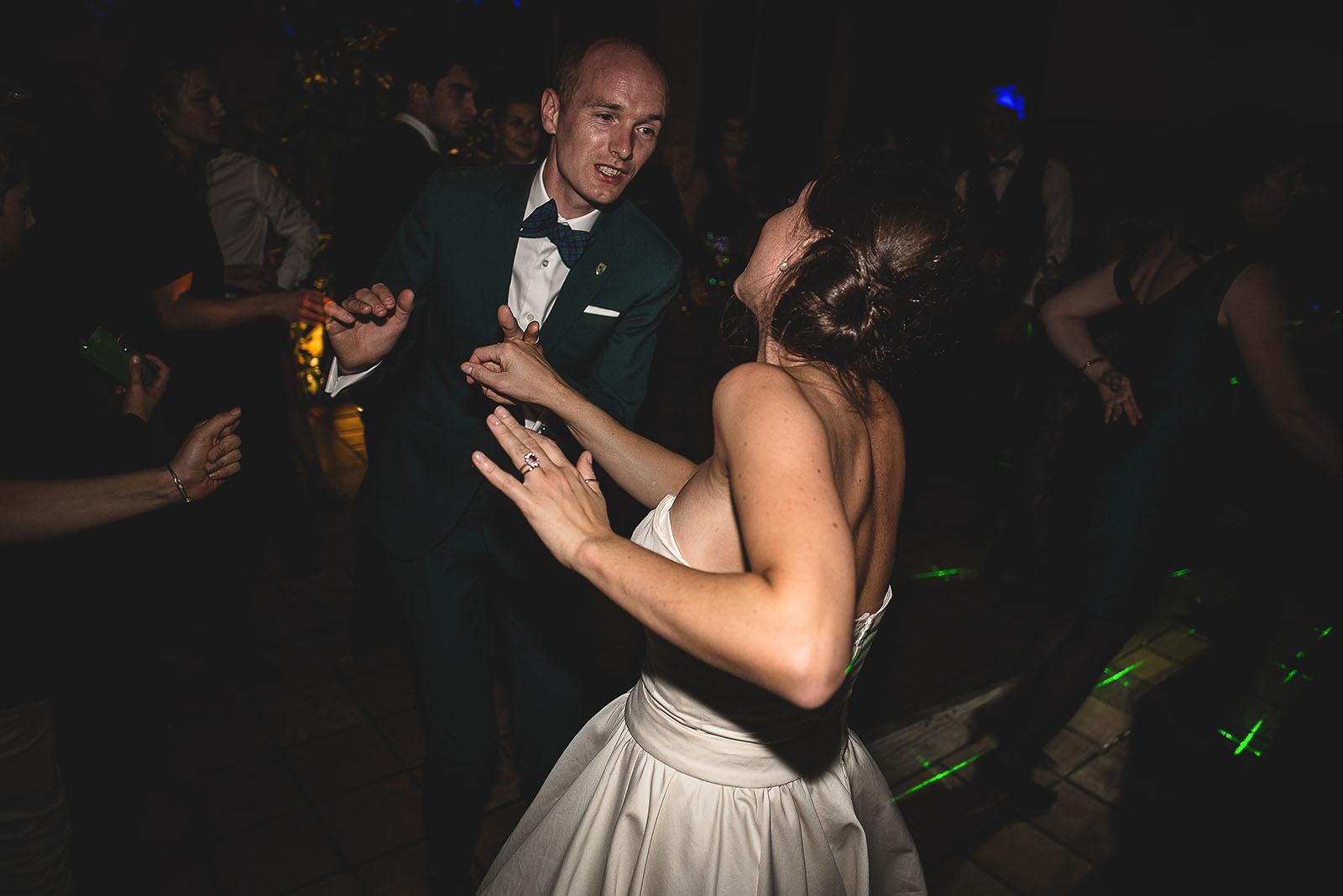 Mariage Manoir des Prévanches. David Pommier photographe de mariage. Les mariés dansent du rock