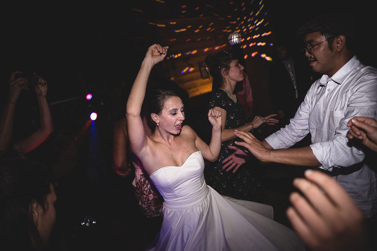 Mariage Manoir des Prévanches. David Pommier photographe de mariage. La mariée de lâche sur la piste de danse