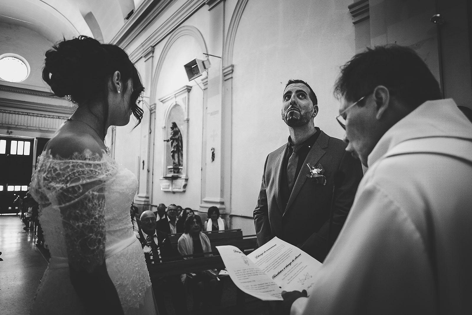 Mariage Villa Quélude David Pommier photographe de mariage. L'émotion du marié à l'église de Marseille