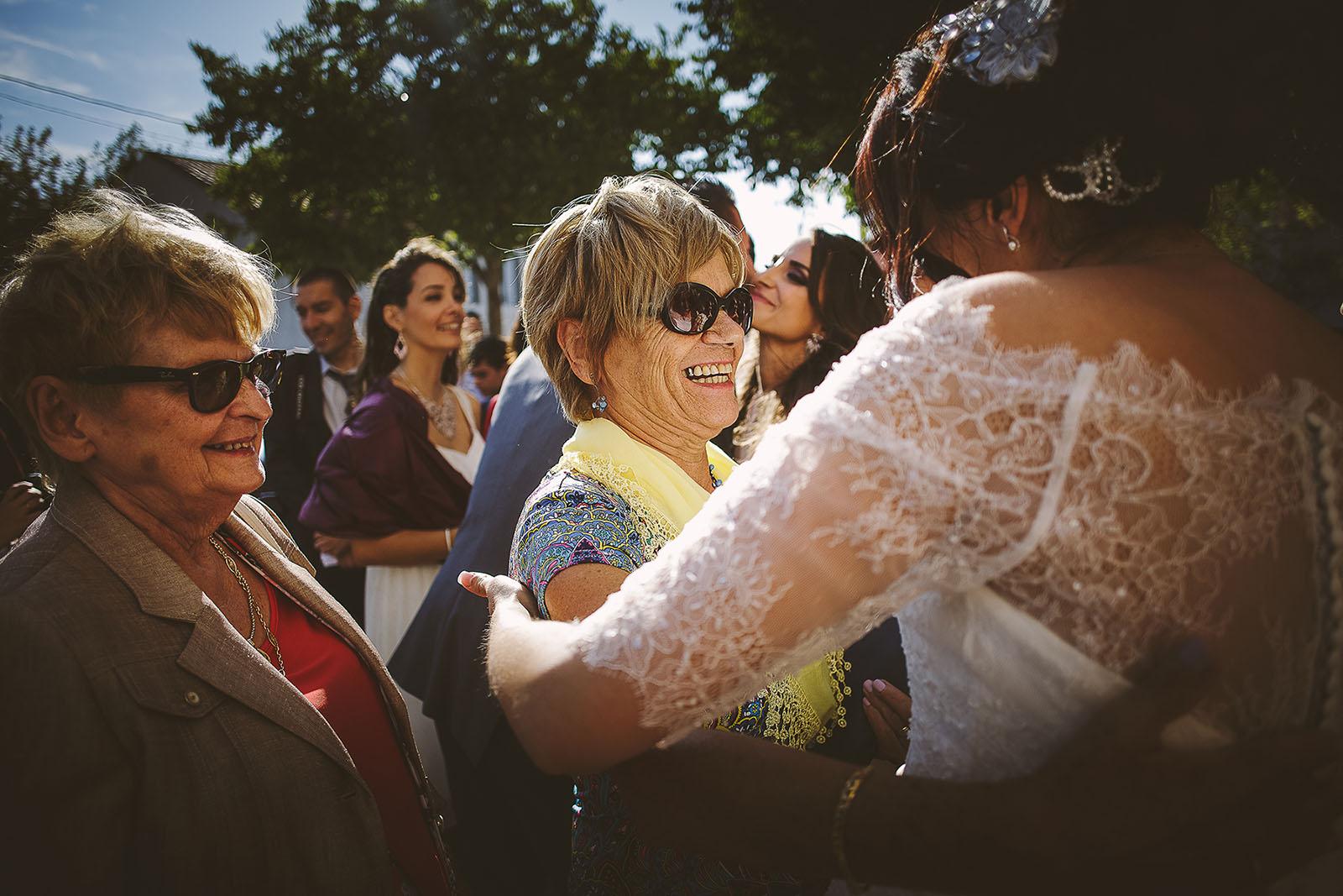 Mariage Villa Quélude David Pommier photographe de mariage. Embrassades à la sortie de l'église