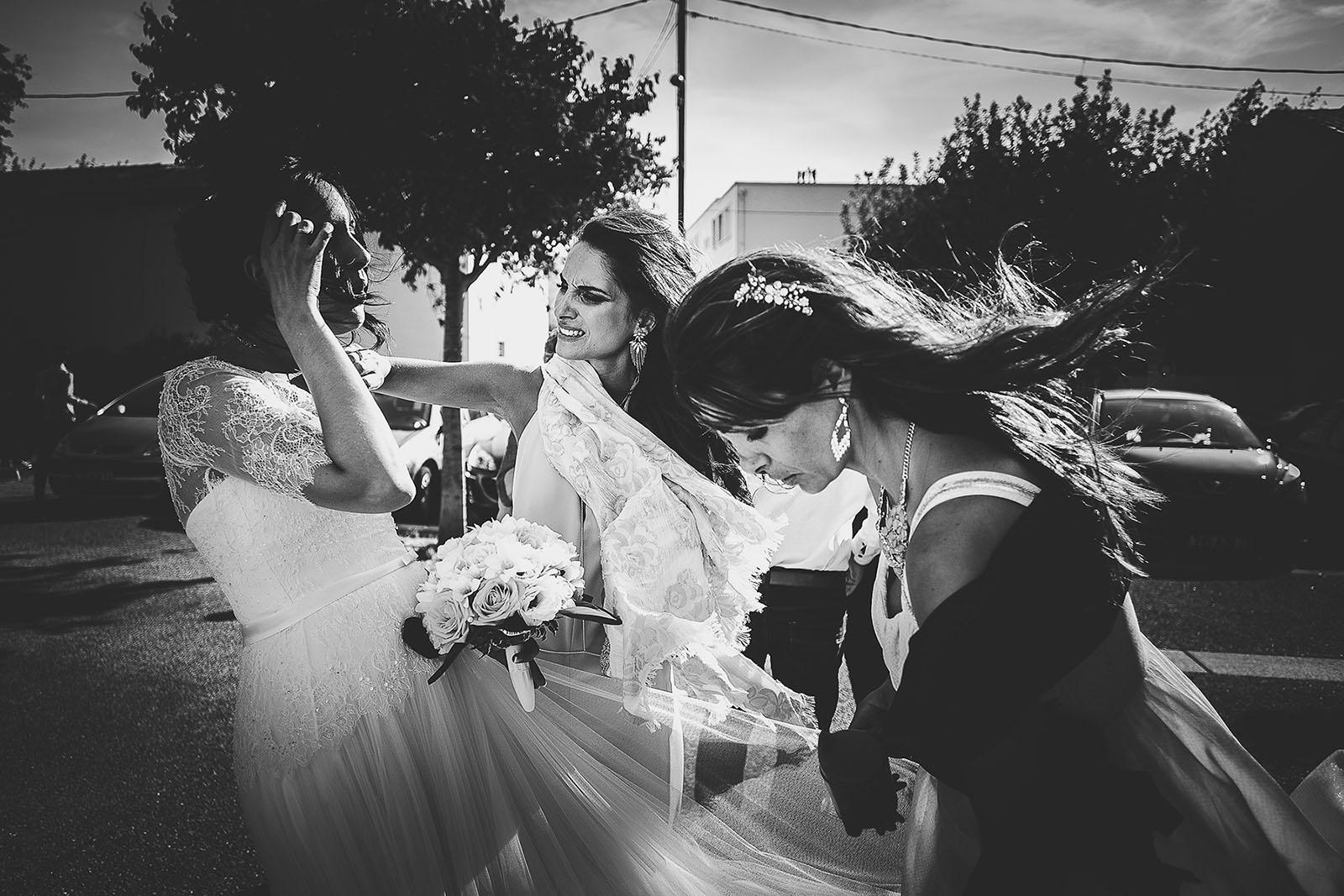 Mariage Villa Quélude David Pommier photographe de mariage Marseille. Le vent dans les cheveux de la mariée