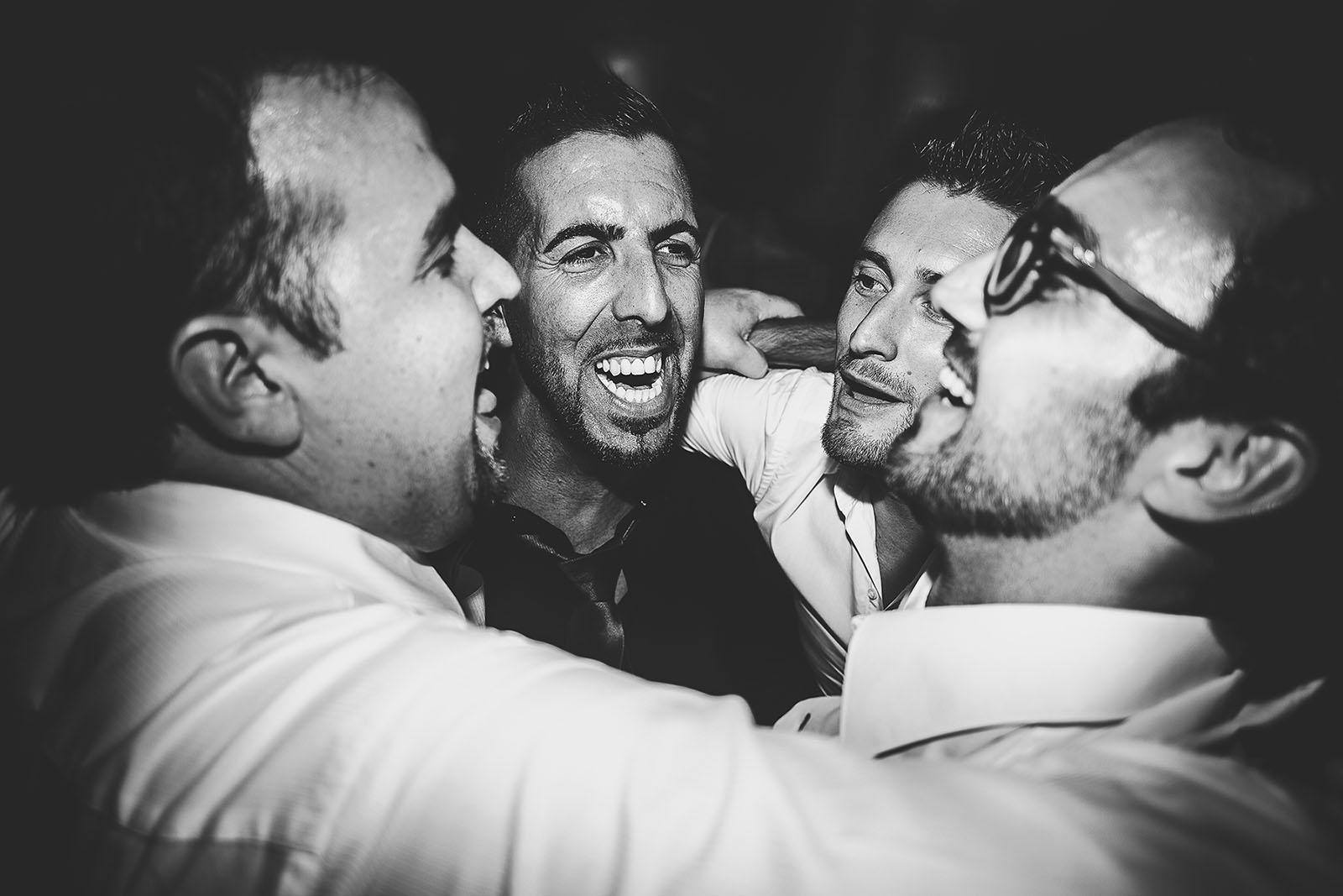 Mariage Villa Quélude David Pommier photographe de mariage. Le marié et ses amis sur la piste de danse