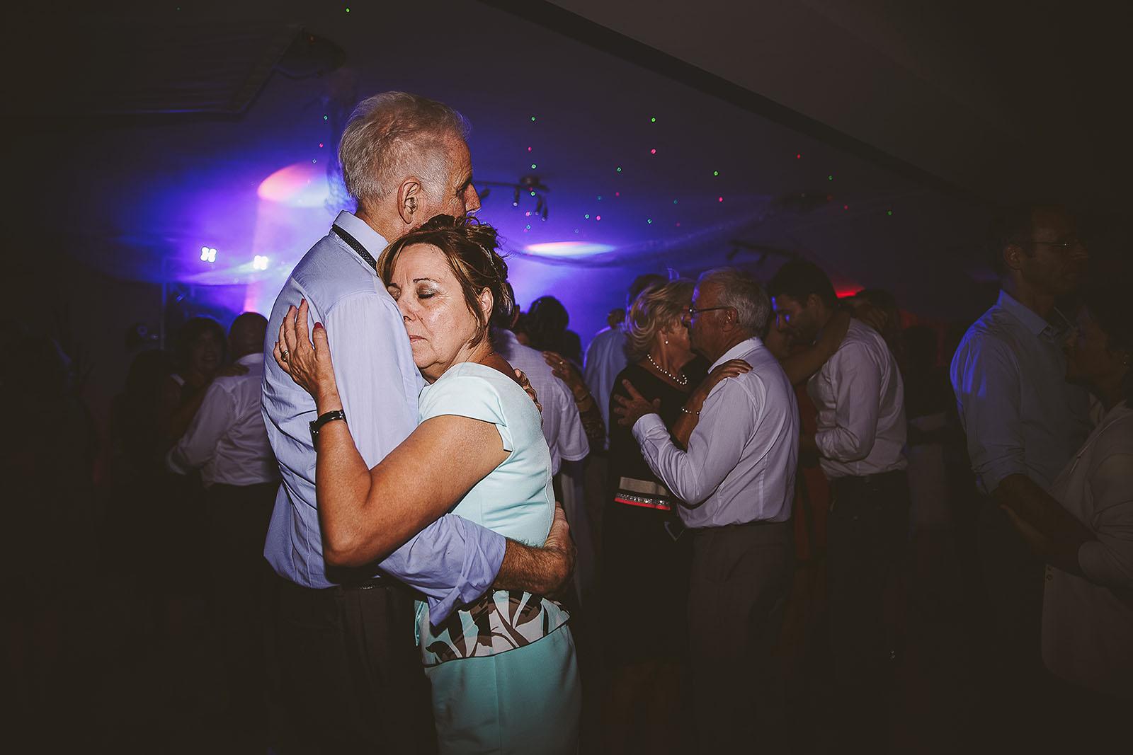 Mariage Villa Quélude David Pommier photographe de mariage. Les parents dansent avec beaucoup d'émotion.
