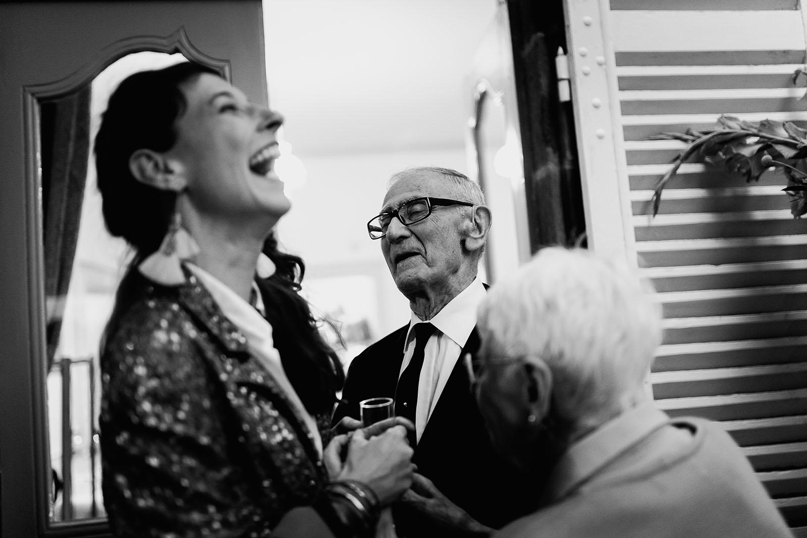 Photographe de mariage à Clermont Ferrand La mariée avec son grand père