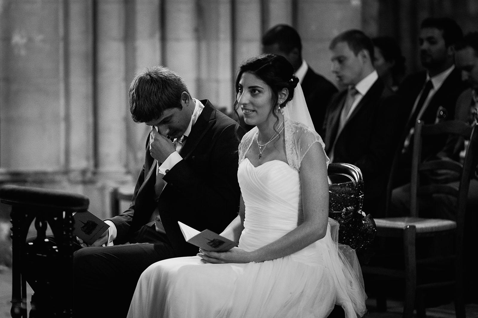 Mariage au Manoir de Corny en Normandie. Cérémonie religieuse le marié pleure