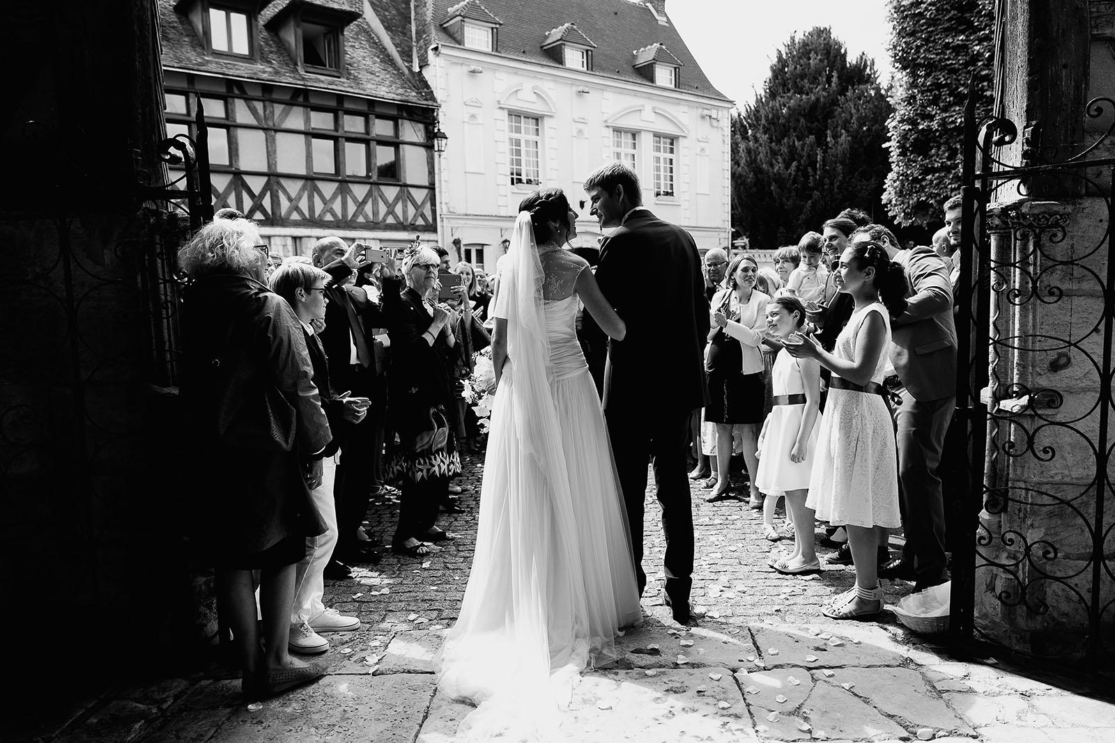Mariage au Manoir de Corny en Normandie. Les mariés à la sortie de l'église aux Andelys