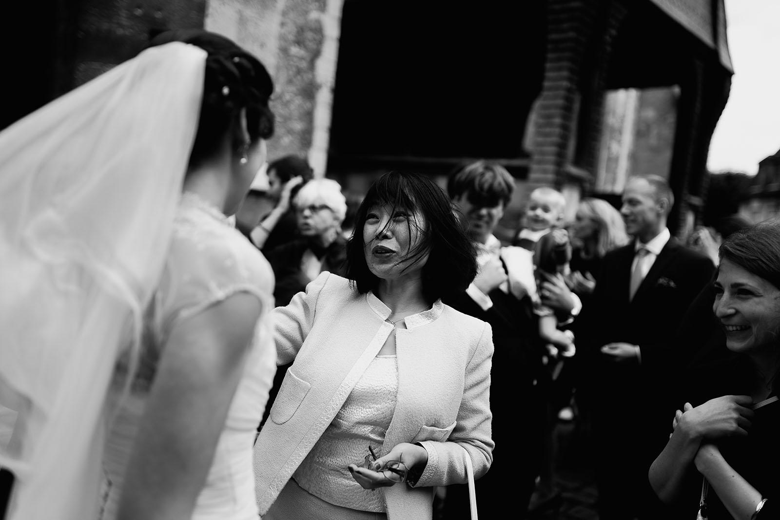 Mariage au Manoir de Corny en Normandie. La sortie de l'église et les invités