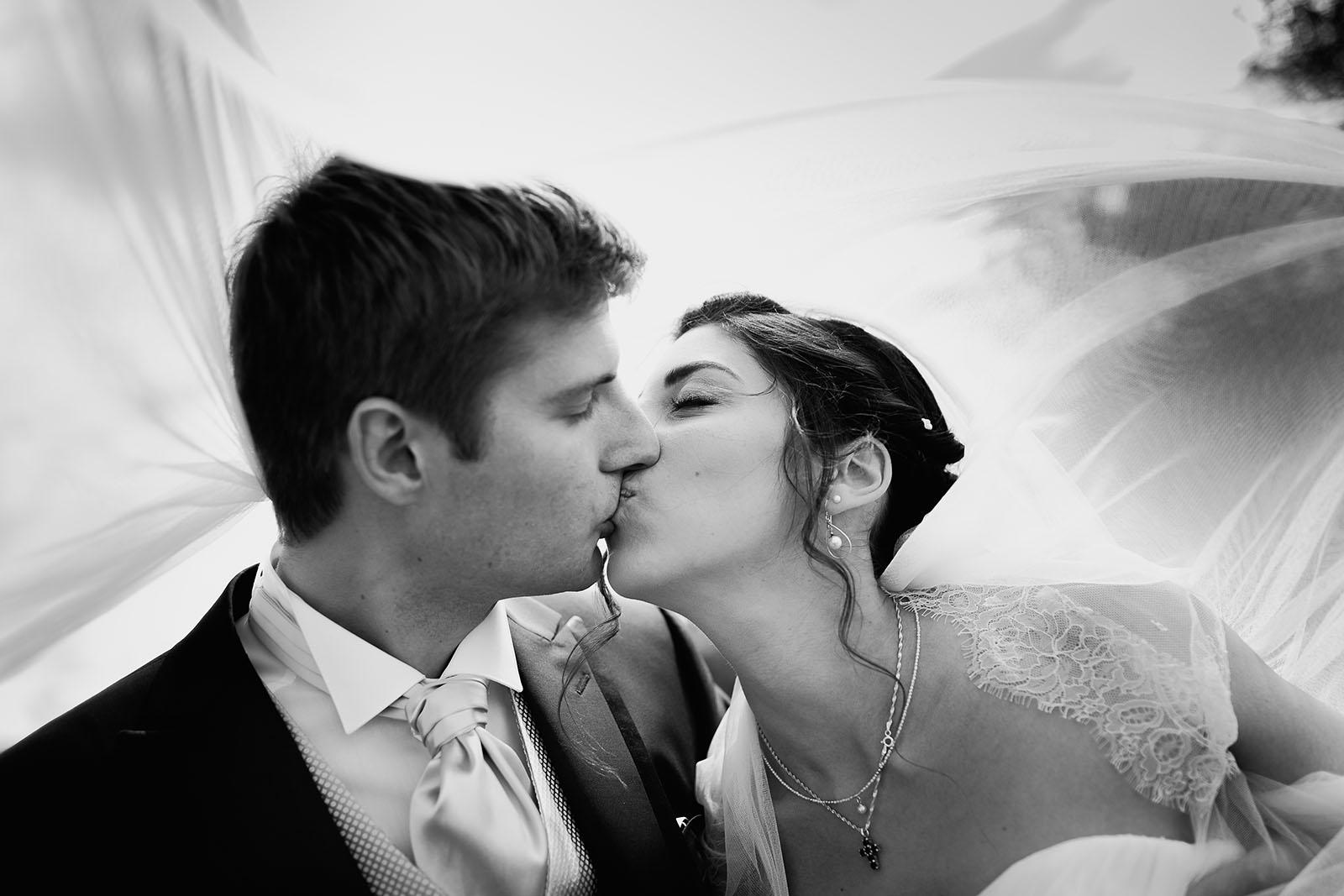 Mariage au Manoir de Corny en Normandie. Portrait des mariés sous le voile