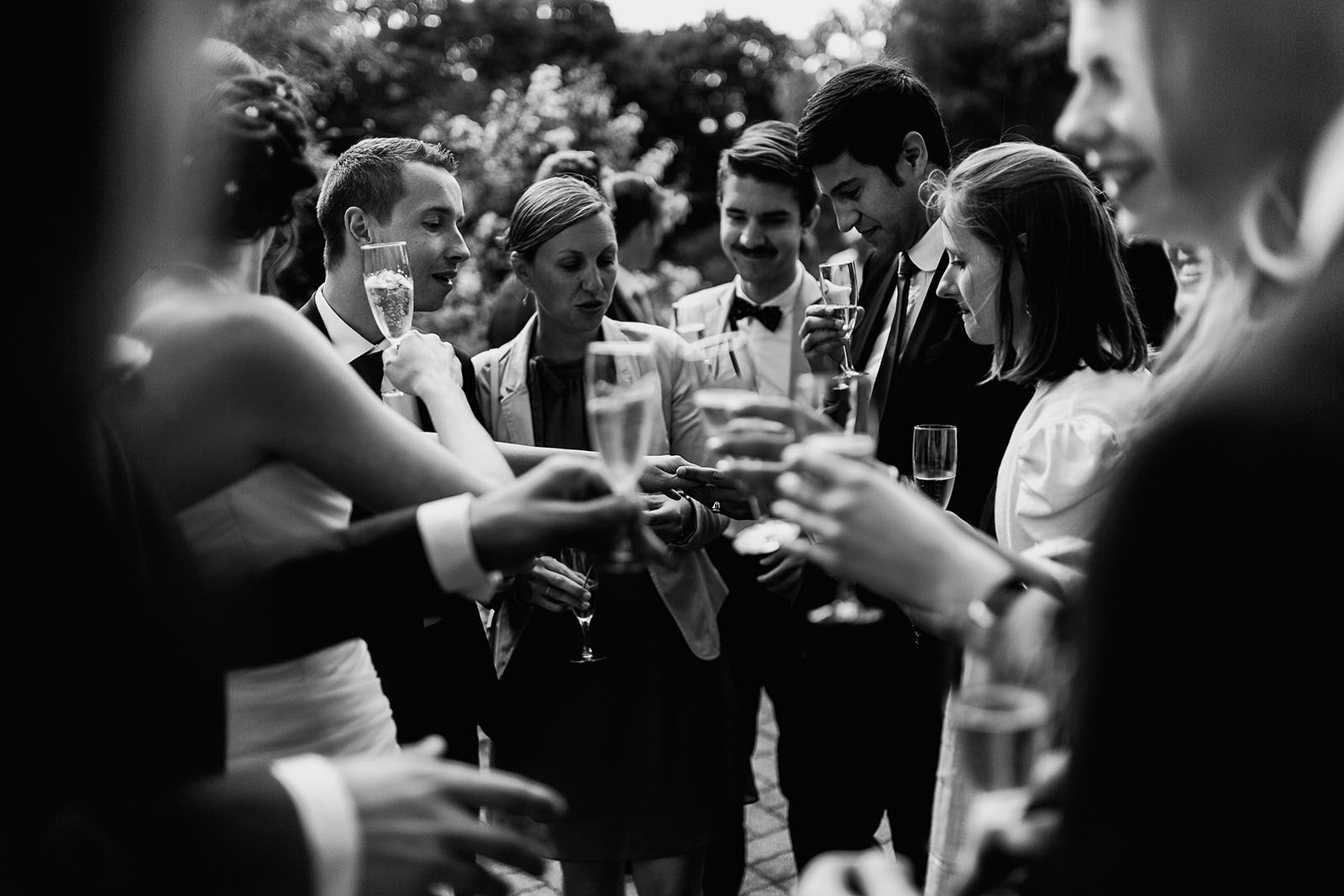 Mariage au Manoir de Corny en Normandie. Les mariés montrent leurs alliances aux invités