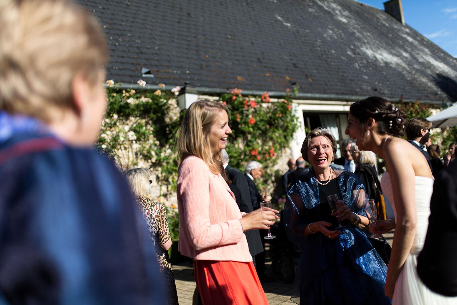 Mariage au Manoir de Corny en Normandie. Eclats de rire au vin d'honneur