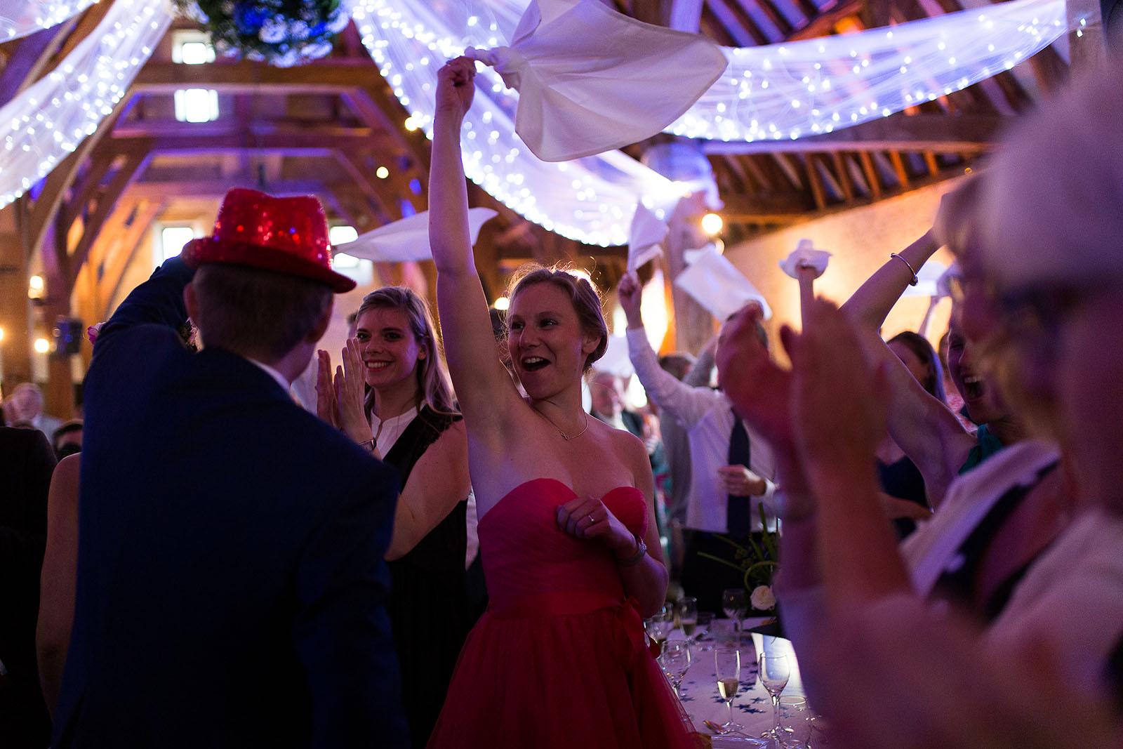 Mariage au Manoir de Corny en Normandie. Les mariés entrent dans la salle de repas