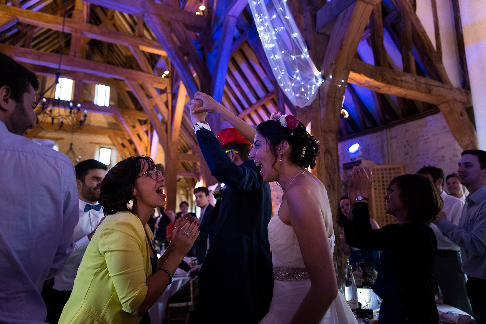 Mariage au Manoir de Corny en Normandie. L'arrivée des mariés à la soirée