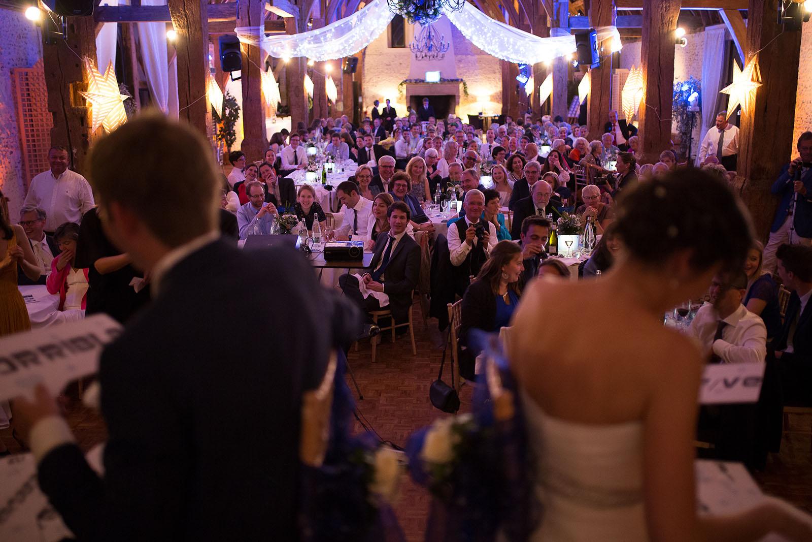 Mariage au Manoir de Corny en Normandie. Les invités pendant les animations de la soirée