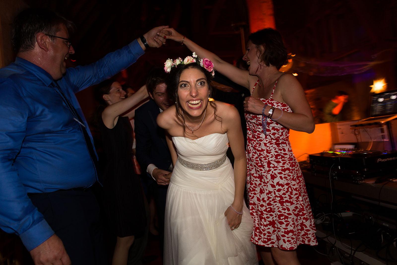 Mariage au Manoir de Corny en Normandie. La mariée fait la fête