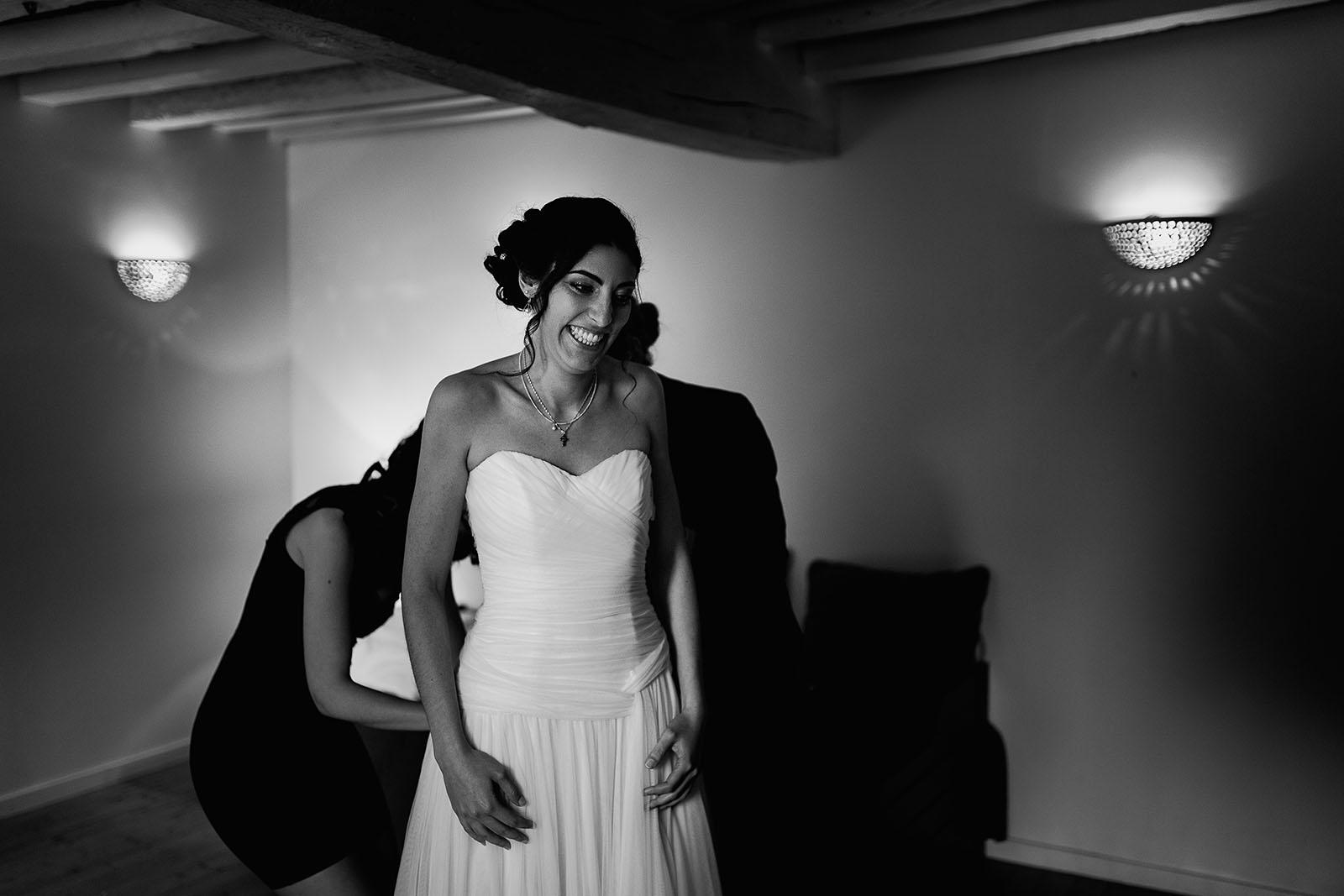 Mariage au Manoir de Corny en Normandie. La mariée met sa robe