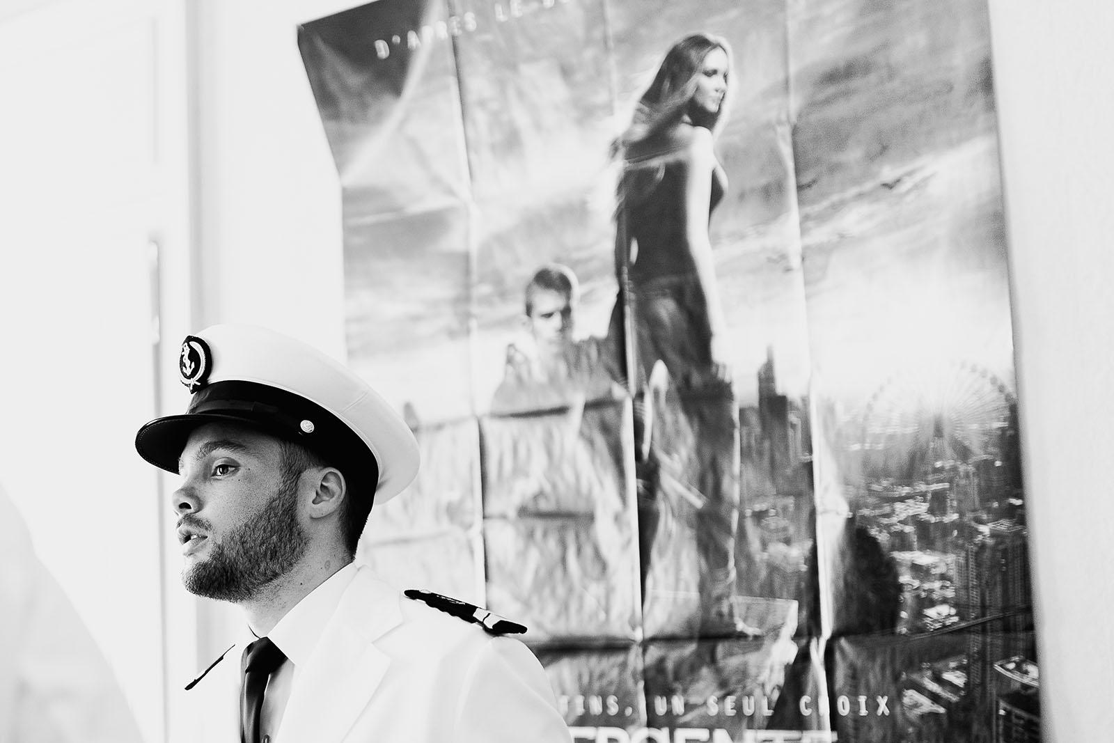 Photographe de mariage à Lyon. Le marié en marin qui s'habille