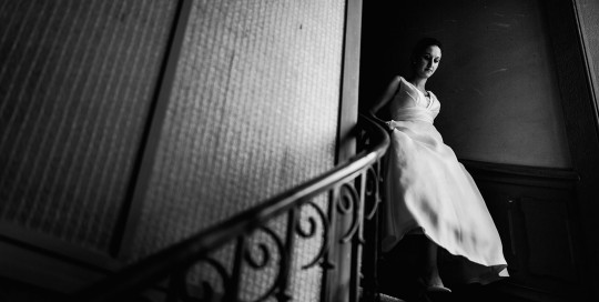 Photographe de mariage à Lyon. La descente d'escalier de la mariée