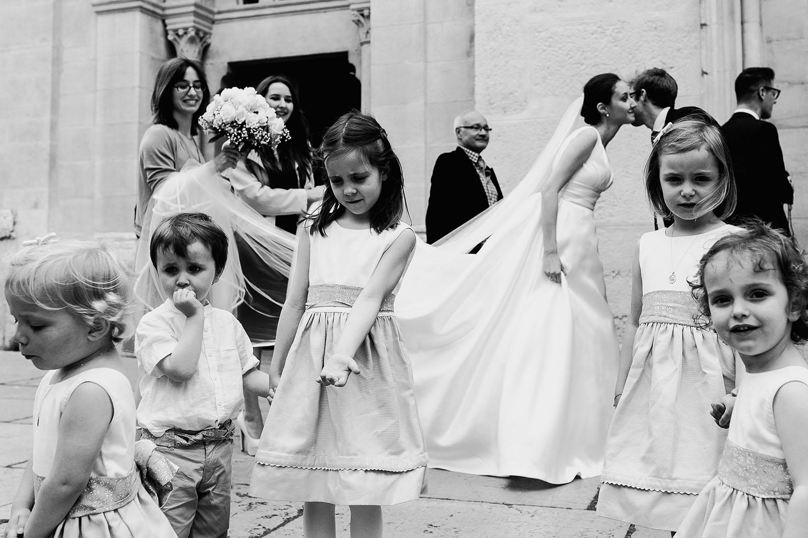 Meilleures photographies de mariage du photographe de mariage David Pommier. Lyon 2. Photographe de mariage à Lyon. L'entrée de l'église avec la mariée et les enfants d'honneur