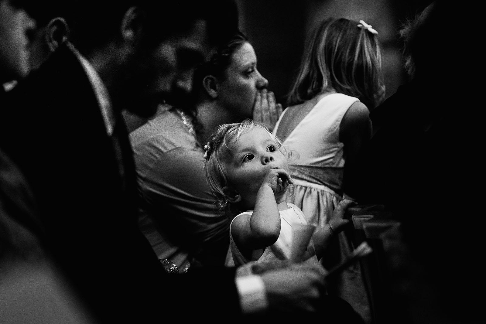 Photographe de mariage à Lyon. Les enfants à l'église durant la cérémonie