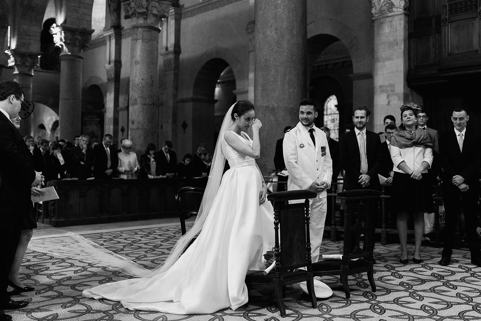 Photographe de mariage à Lyon. La mariée en pleure à l'église