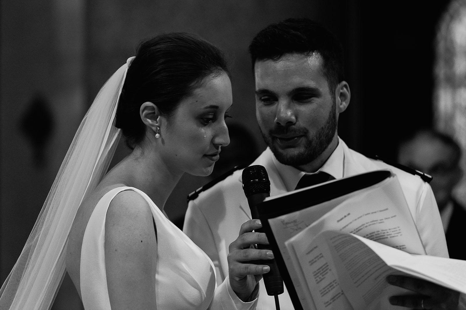 Photographe de mariage à Lyon. Les larmes de la mariée pendant la cérémonie à l'église