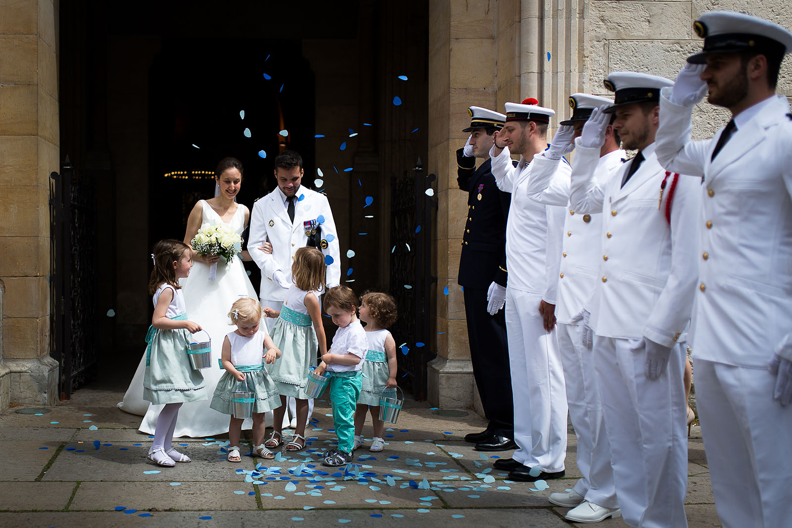Photographe de mariage à Lyon. Sortie de l'église avec salut militaire et marins