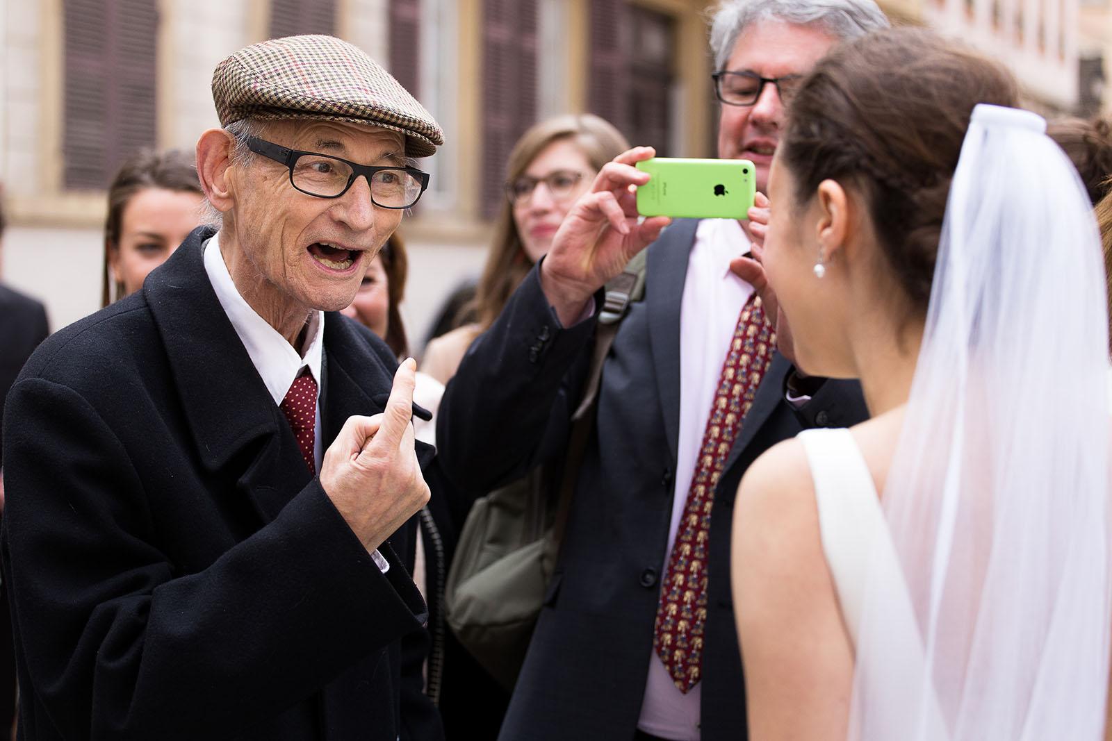 Photographe de mariage à Lyon. La mariée avec son grand père