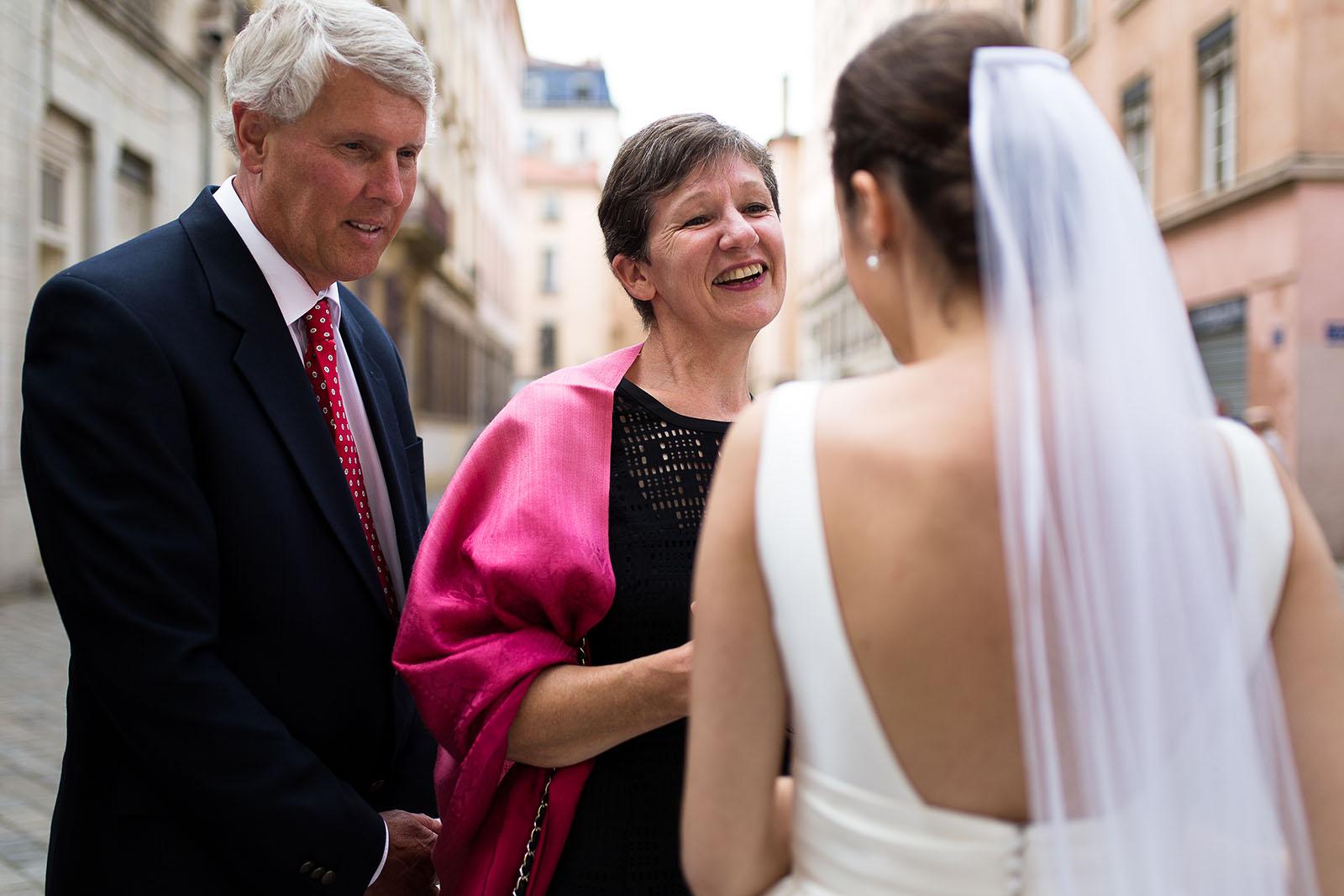 Photographe de mariage à Lyon. La mariée avec ses invités