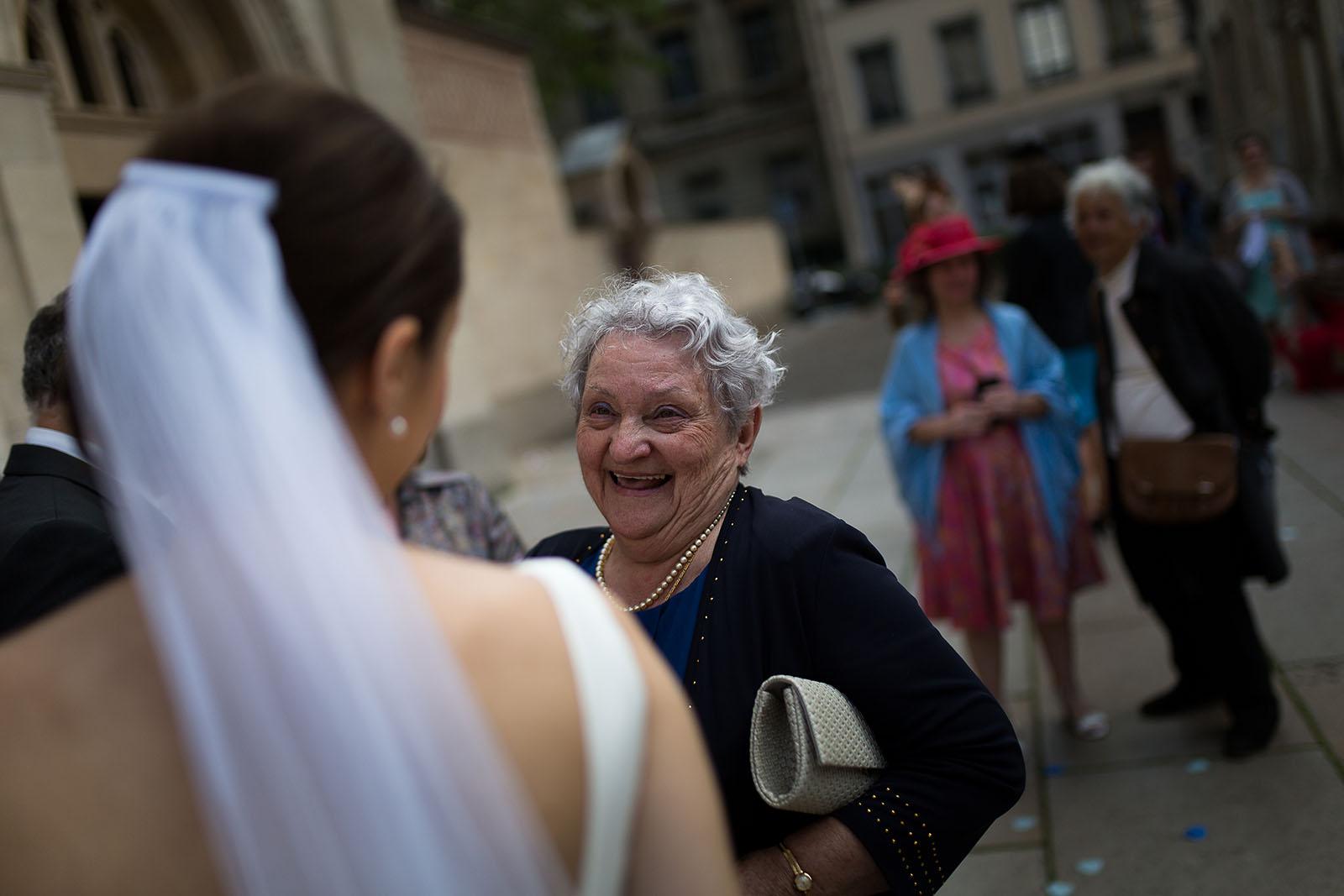 Photographe de mariage à Lyon. La mariée avec sa grand mère