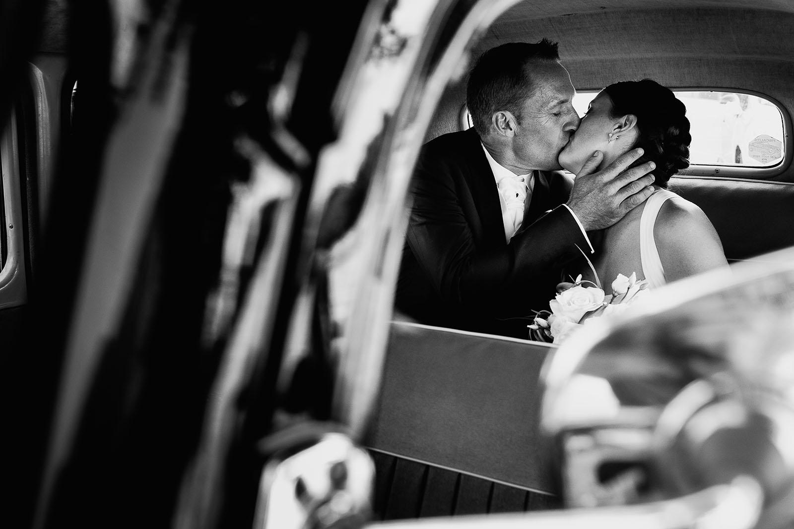 Mariage au château de Bisseret depuis saint Barthélémy portrait des mariés dans voiture traction