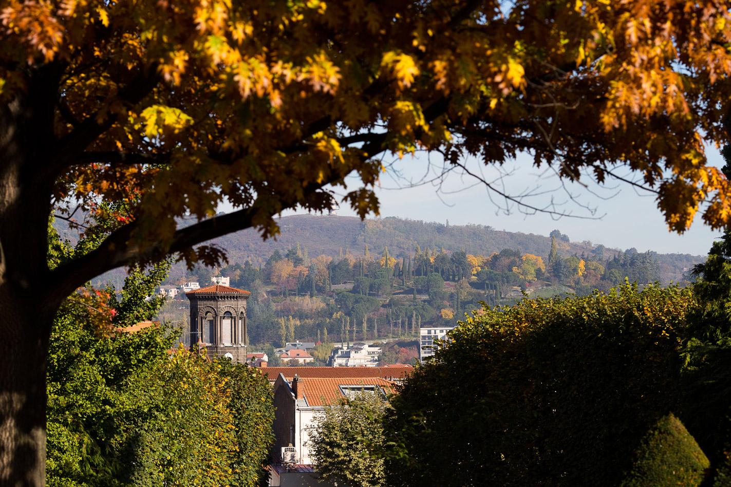Hotel Royal Saint Mart Royat Clermont Ferrand Vue sur l'église de Chamalière en automne