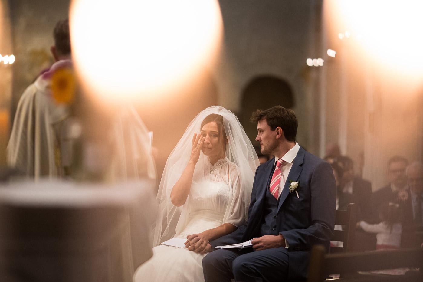 Hotel Royal Saint Mart Royat Clermont Ferrand Emotion de la mariée dans l'église durant la cérémonie religieuse
