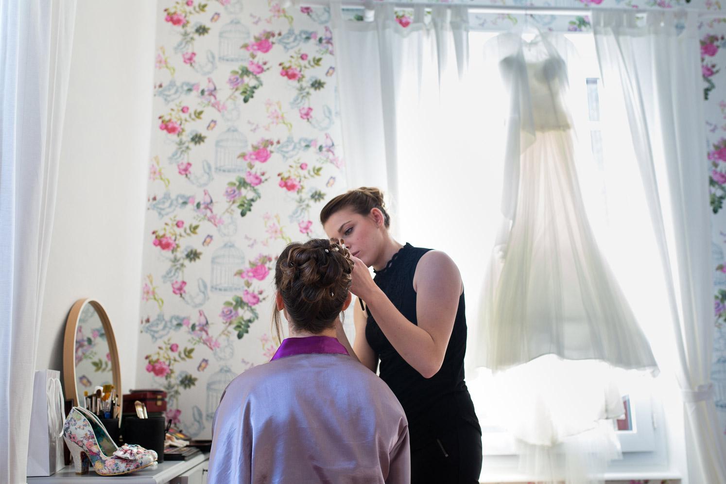 Hotel Royal Saint Mart Royat Clermont Ferrand Maquillage de la mariée devant sa robe