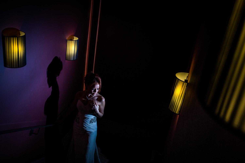 Une photo de la mariée dans les escaliers du restaurant Marguerite de Paul Bocuse à Lyon. Eclairage créatif