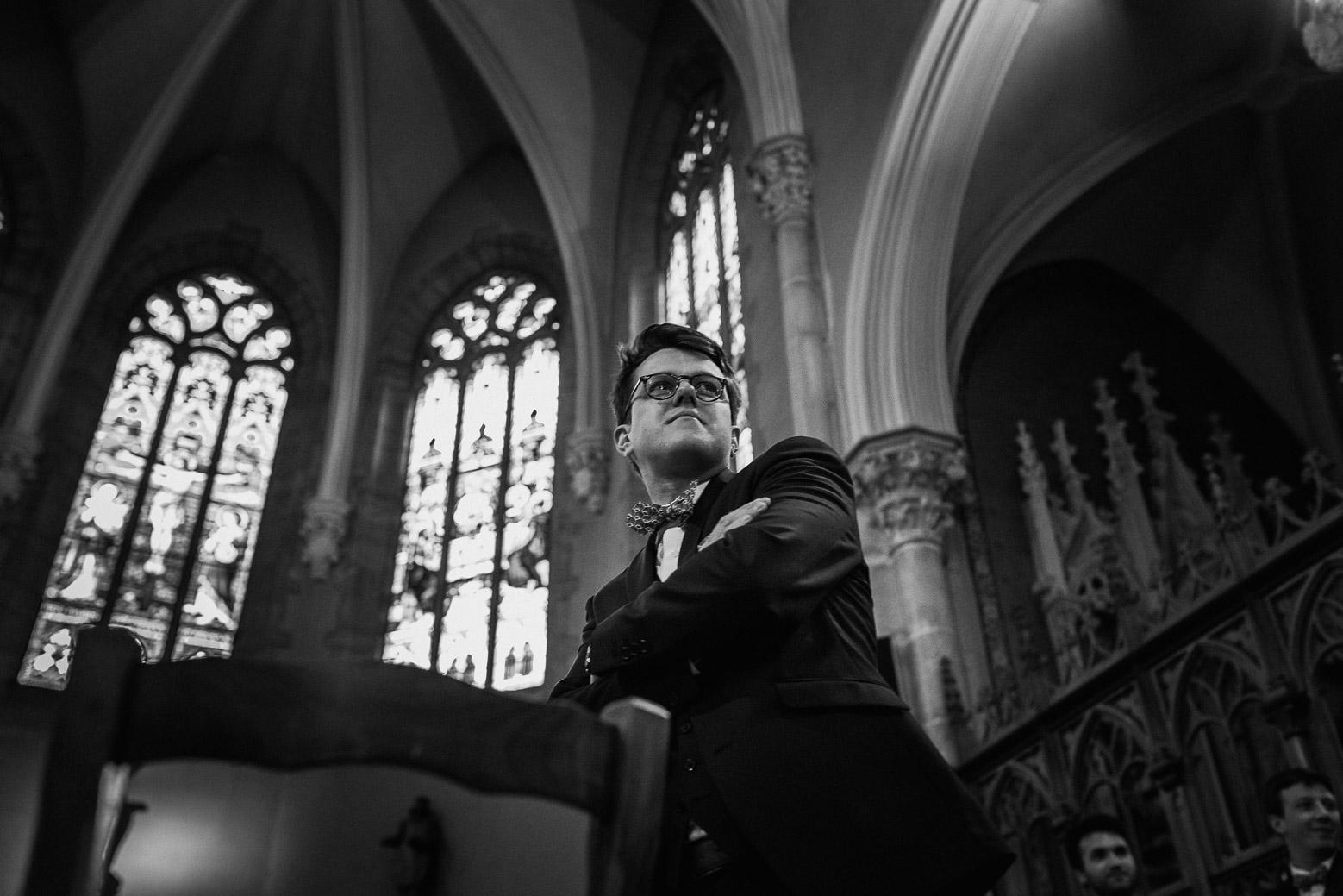 Reportage photo de mariage à Lyon - Manoir de la Garde. Le marié pleure à l'église pendant la cérémonie