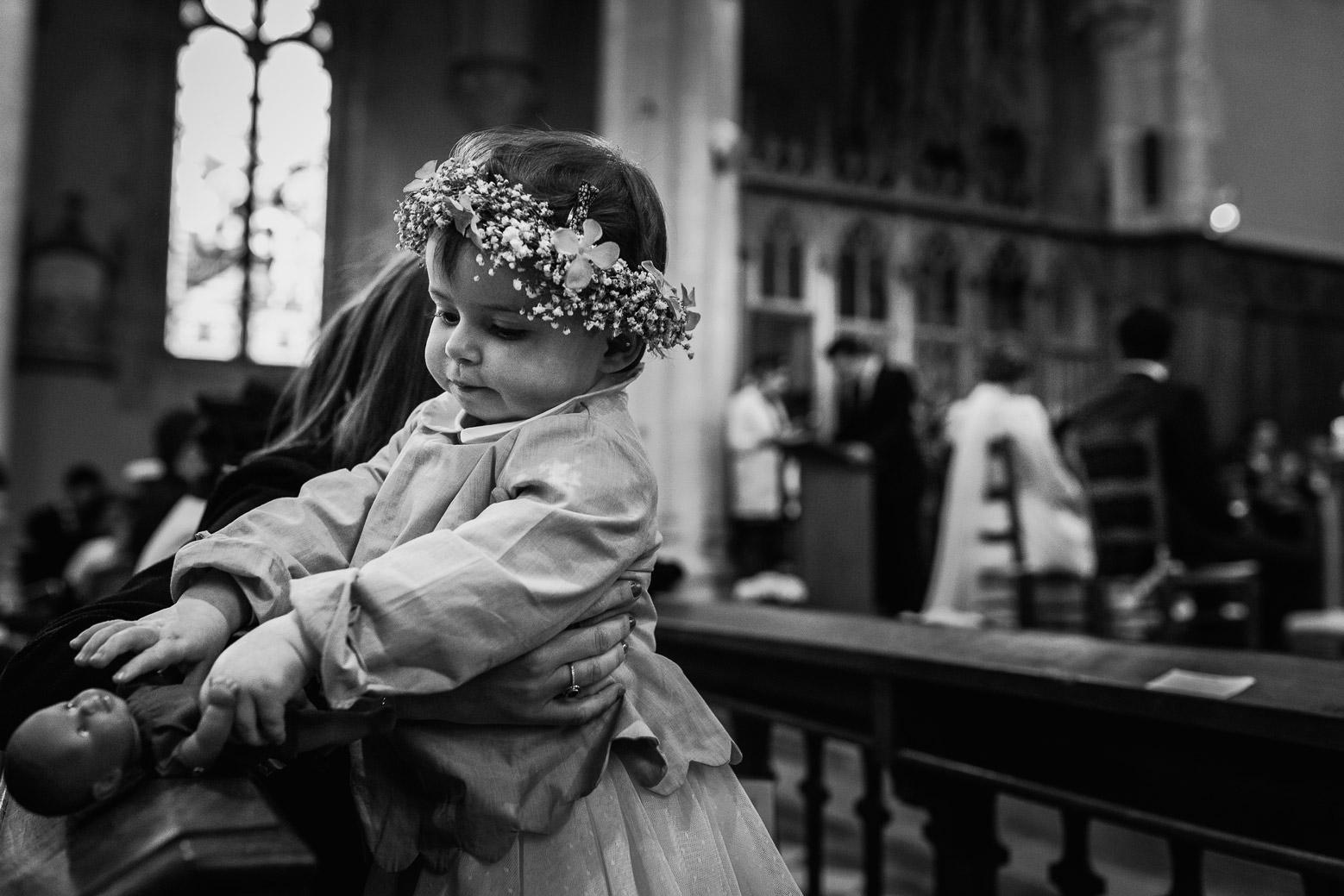Reportage photo de mariage à Lyon - Manoir de la Garde. Enfant dans l'église