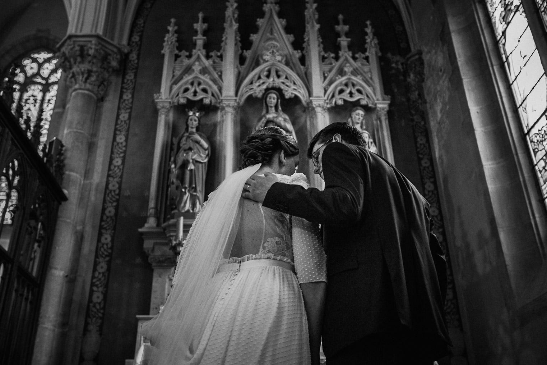 Reportage photo de mariage à Lyon - Manoir de la Garde. Prière à Marie