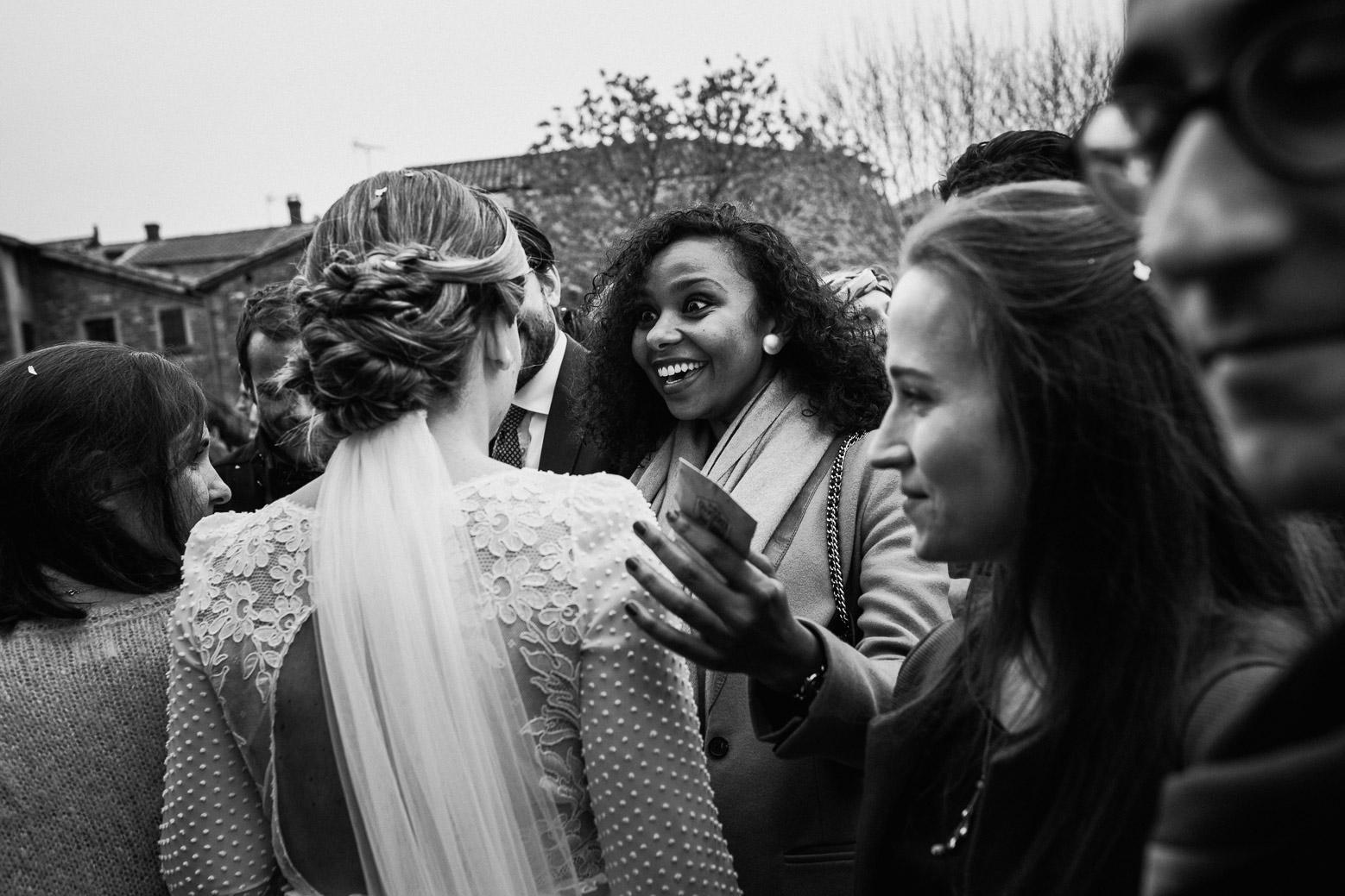 Reportage photo de mariage à Lyon - Manoir de la Garde. La mariée embrasse ses invités