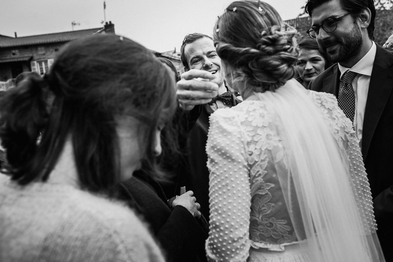Reportage photo de mariage à Lyon - Manoir de la Garde. Les invités félicitent la mariée