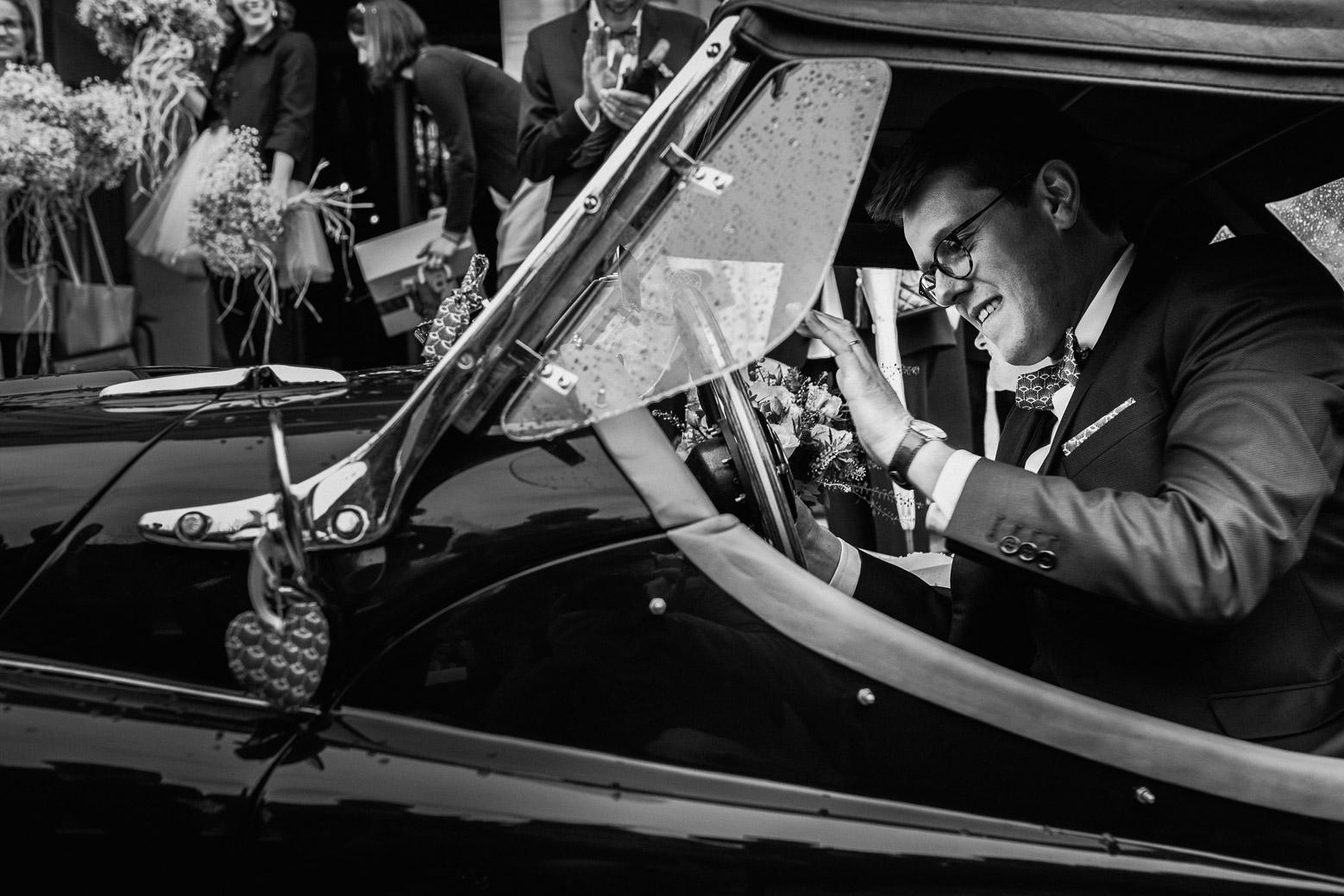 Reportage photo de mariage à Lyon - Manoir de la Garde. Le marié dans la voiture